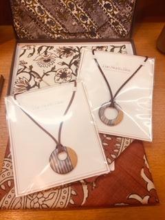 秋田の白岩焼の渡邊葵さんが作品の納品にいらしてくださいました。