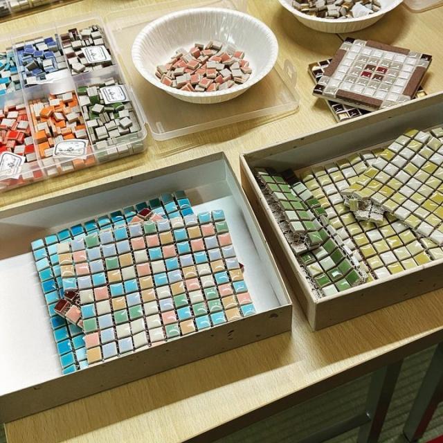 日曜日におくむら工房の奥村由未先生をお迎えして、クラフトタイルでコースターを作りました。